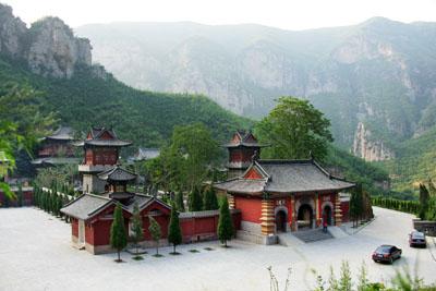青龙山慈云寺景区位于河南省巩义市南部,面积51平方公里,东距省会郑州